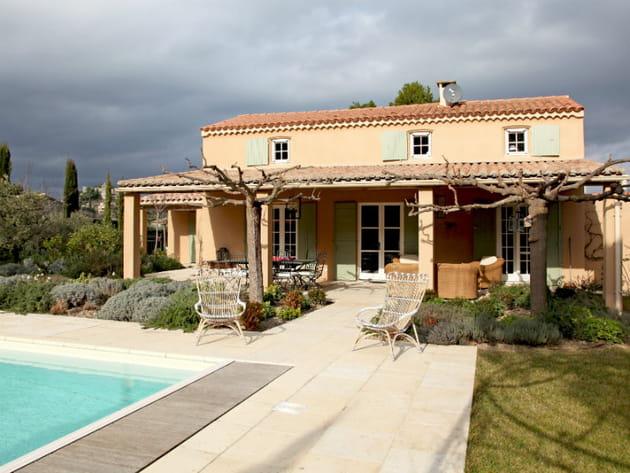 Une piscine dans la continuité d\'une terrasse provençale