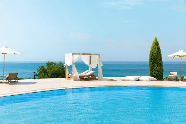 La piscine avec vue sur mer de l'hôtel Ikos Oceania