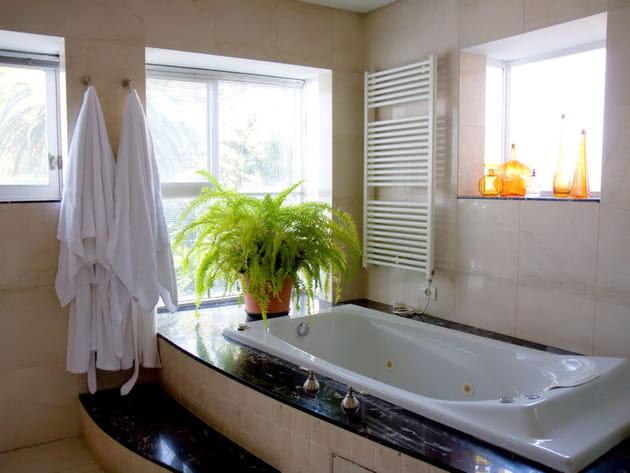 Une baignoire balnéo dans la salle de bains