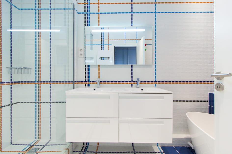 Une salle de bains toute en lignes