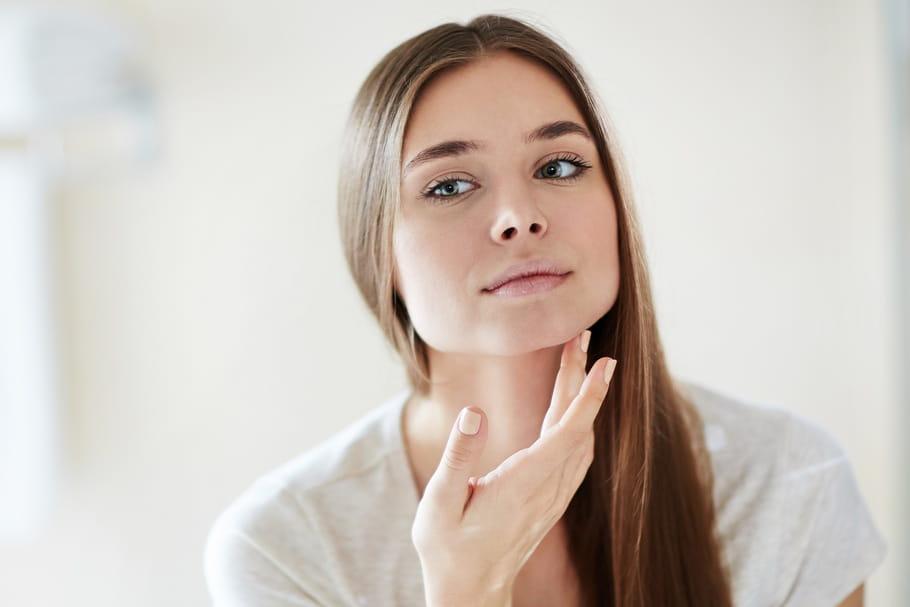 Le mewing, cette technique facile contre les rides et le double menton