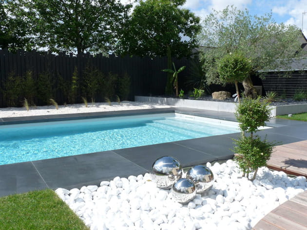 Galets blancs et composition artistique - Deco jardin autour d une piscine metz ...