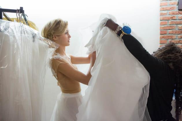 Sofia enfile une nouvelle robe de mariée