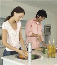proposez à l'hôte de la soirée de lui donner un coup de main en cuisine, vous