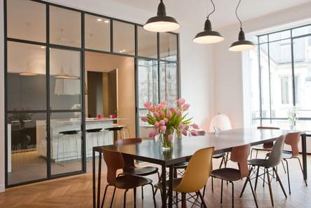 Un int rieur vaste et lumineux la cuisine avec verri re for Fenetre industrielle interieur