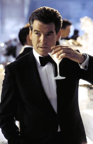 james bond vit dans son temps et apprécie aussi les cocktails qui sont en vogue.