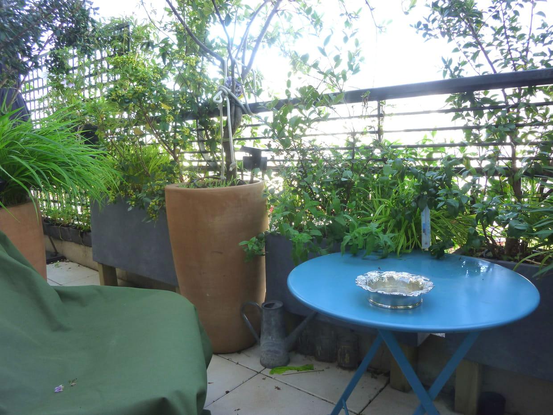 Une terrasse aux allures de jardin secret for Amenagement terrasse etroite