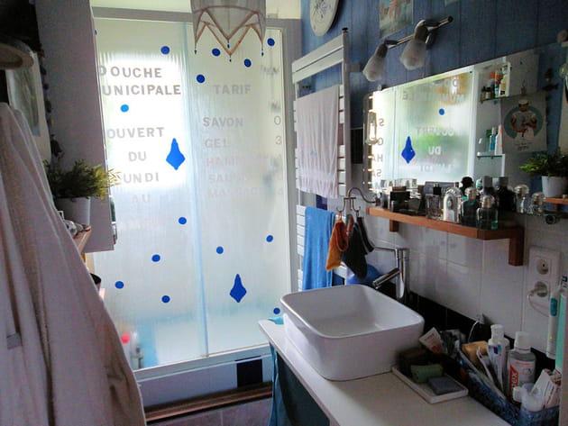 Salle de bains bleu et blanc