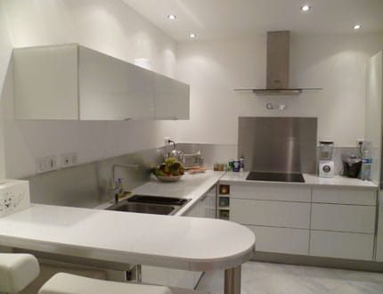 Une cuisine moderne blanc et inox for Mobilier cuisine moderne