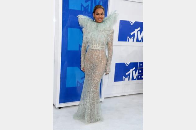 Beyonce en robe glitter et col en poils