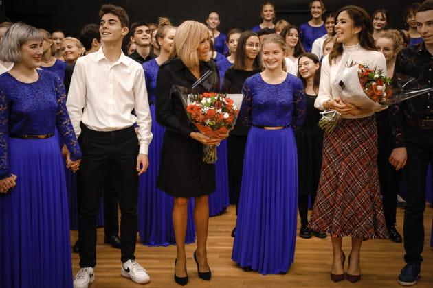 Accueil chaleureux et fleurs pour Mary de Danemark et Brigitte Macron