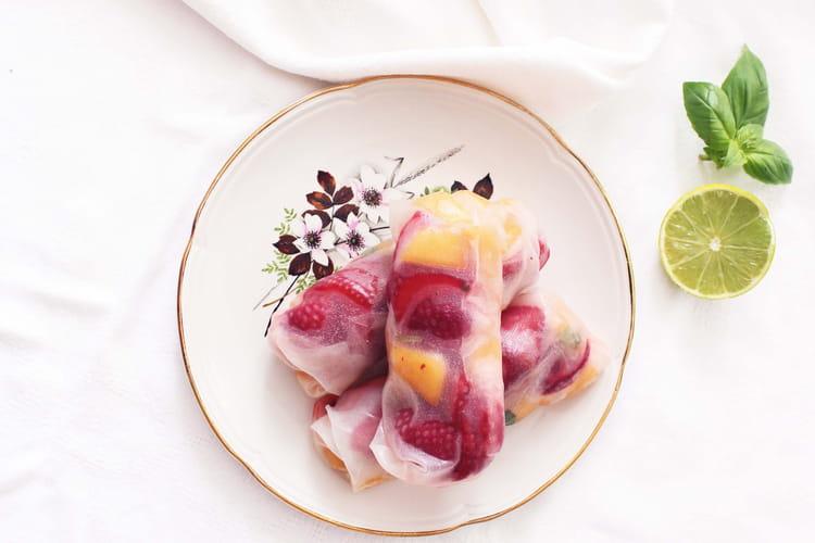 Rouleaux de printemps au melon, fraises et basilic
