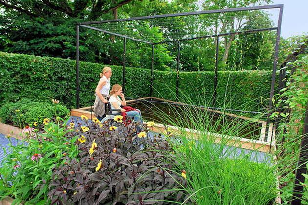 Fauteuils au jardin