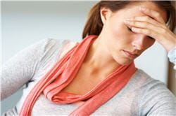 les maux de tête sont l'un des symptômes physiques de l'anxiété.
