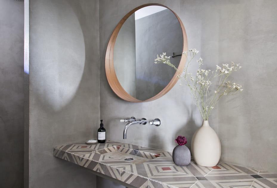 Un miroir décoratif dans la salle de bains