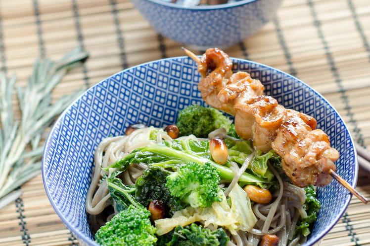 Nouilles soba sautées au chou et brocoli, yakitori de porc au romarin