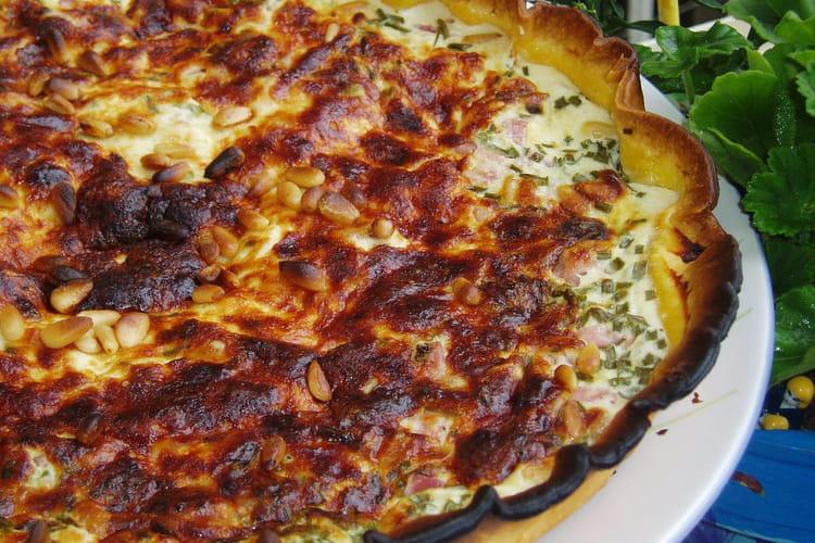 Tarte au jambon, pignons de pin et ciboulette