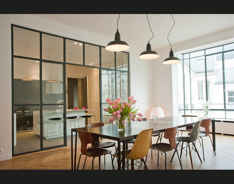 Alliance des contrastes dans un grand appartement parisien