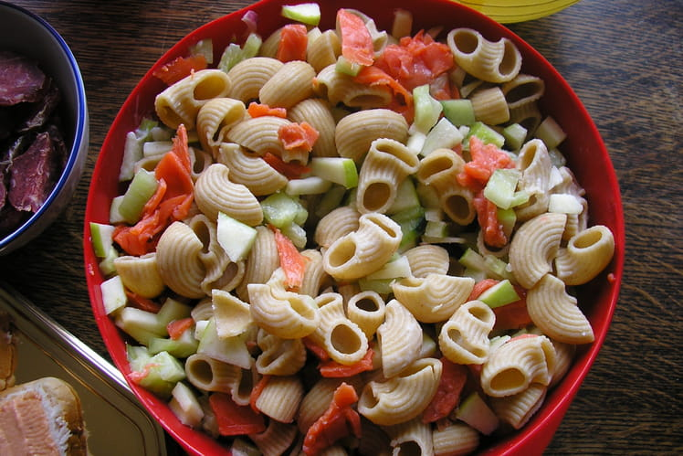 Salade de pâtes concombre, saumon et pommes granny