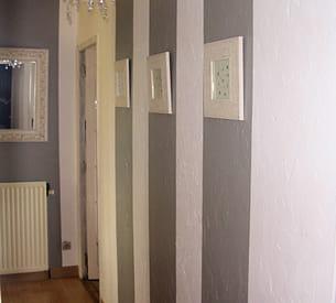 un couloir décoré tout en hauteur