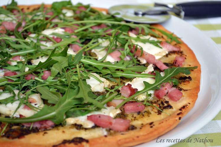 Pizza au pesto, chèvre et lardons