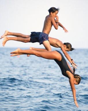 a la plage, lancez-vous ! nagez par exemple jusqu'à une bouée.