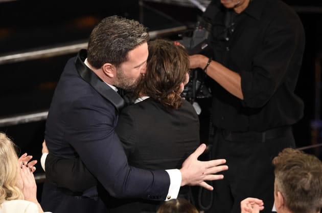 Ben Affleck embrasse son frère Casey Affleck pour le féliciter