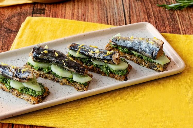 Crackers maison aux graines pesto de roquette, concombre, Sardines Hyacinthe Parmentier et zestes de citron.