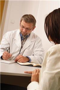 a la suite de l'examen, le médecin prescrit un nouveau traitement.