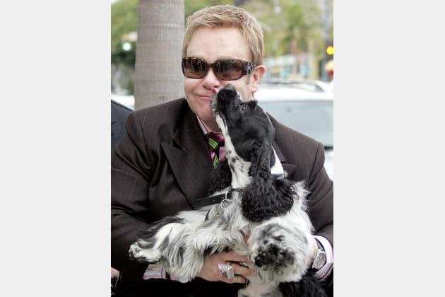 Elton John se fait lécher le visage