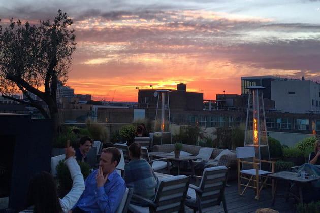 Boire un cocktail au Boundary Rooftop