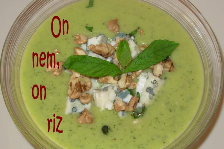 Soupe glacée de courgettes au roquefort