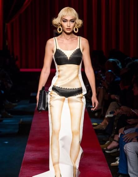 La robe lingerie trompe l'œil du défilé Moschino
