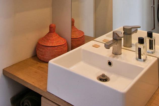 Bois et céramique dans la salle d'eau