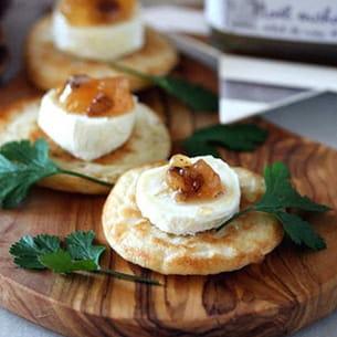 blinis au bouchon du quercy et confiture de poire cannelle et éclats de noix