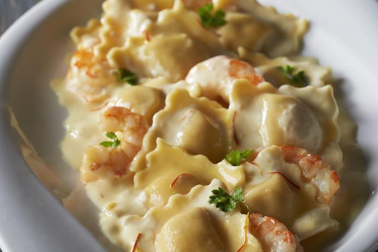 Ravioli pesto mozzarella, crème safranée aux crevettes sautées