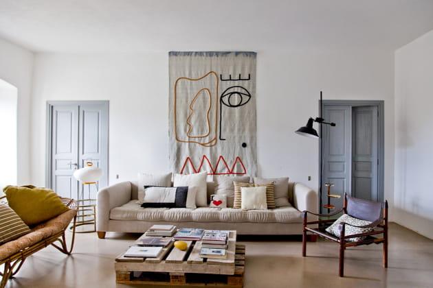 Un Salon Avec Tapisserie Murale