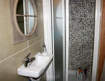 une petite salle de bains esprit nature. Black Bedroom Furniture Sets. Home Design Ideas