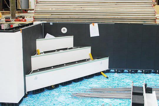 une piscine hors sol avec 2 escaliers. Black Bedroom Furniture Sets. Home Design Ideas