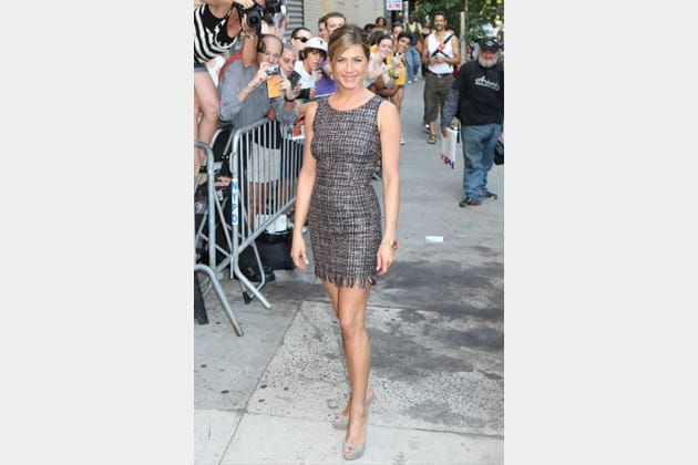 jennifer aniston en robe courte m u00e9tallis u00e9e