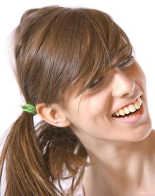 attacher ses cheveux trop souvent les abîme et les fragilise.