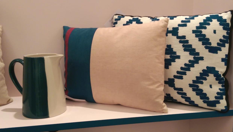 pichet et coussins. Black Bedroom Furniture Sets. Home Design Ideas