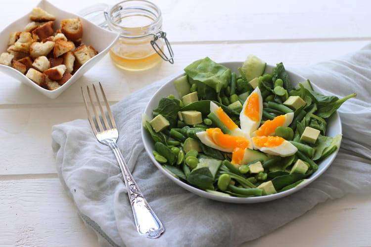 Salade épinards, fèves, concombre, avocat et oeuf
