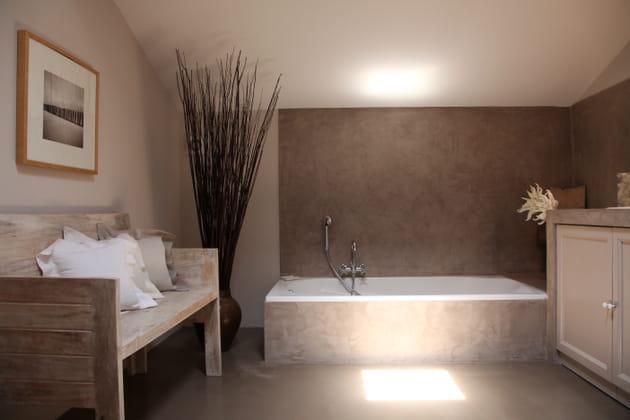 Une salle de bains taupe