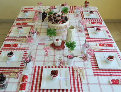 table 'torchon et fruits rouges'
