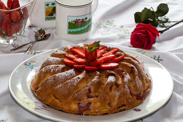 Gâteau aux fraises, rhubarbe et miel
