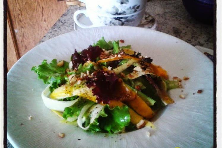 Salade mesclun aux courgettes jaunes et vertes, noisettes concassées grillées