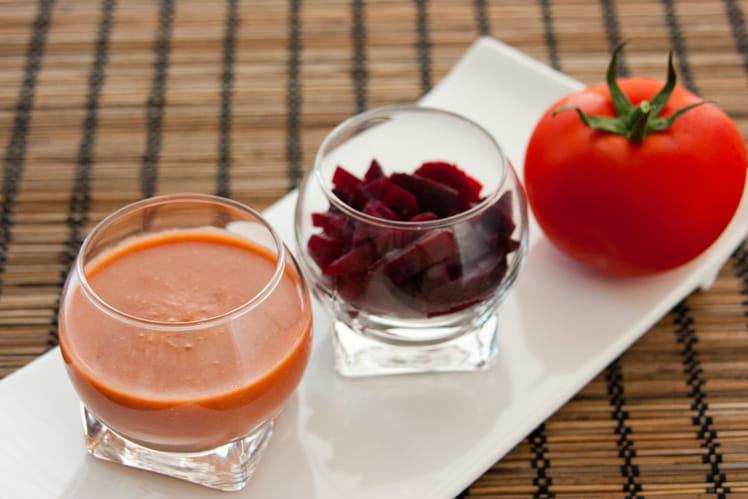 Soupe froide de tomate aromates & betterave accompagnée de sa tarte au thon et à la tomate