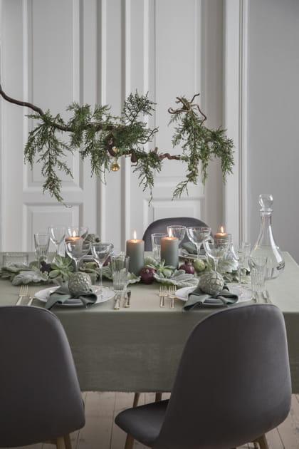 Suspendre une branche de sapin au-dessus de la table de Noël