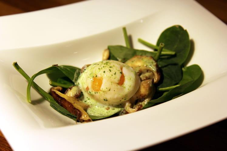 Oeuf parfait vapeur, salade de pousses d'épinards et Shiitakes